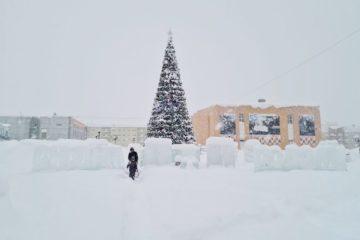 Новую 15-метровую ель установили в Талнахе