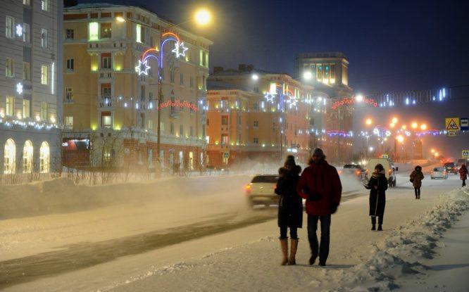 В Норильске восстановили новогоднюю иллюминацию после штормовых ветров