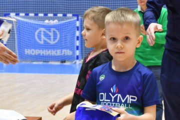 Самым маленьким воспитанникам МФК «Норильский никель» подарили игровую форму
