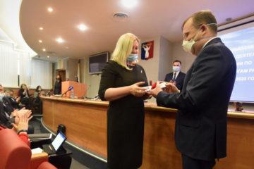 Ирине Масловой вручили удостоверение и депутатский значок