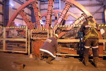 На ВСС-1 рудника «Скалистый» заменили шкив подъемной машины