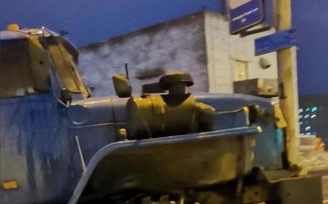 В Норильске грузовик без водителя врезался в фонарный столб