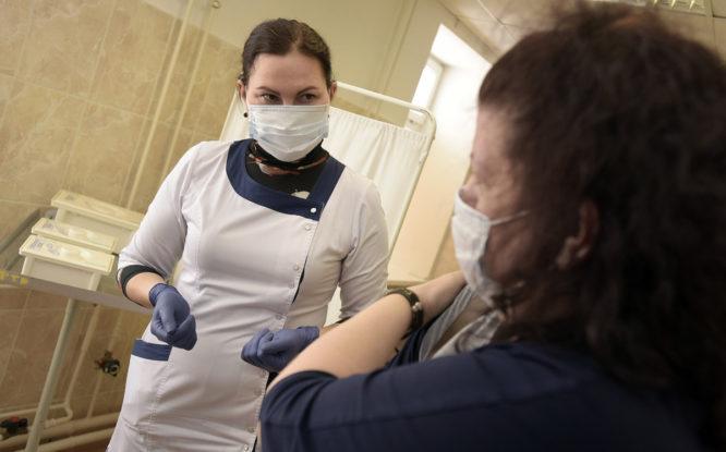 Почти 12 тысяч норильчан получили два компонента вакцины от ковида