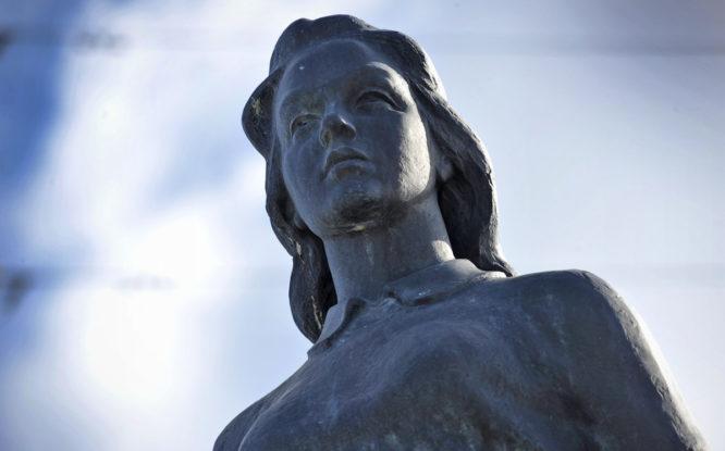 Первая городская скульптура в Норильске изображала загадочную девушку
