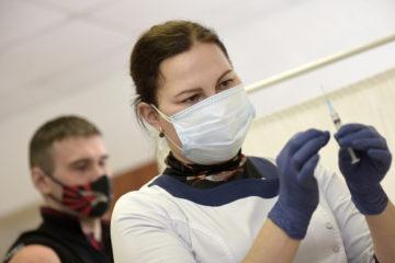 Страх перед прививками заставляет россиян идти на обман