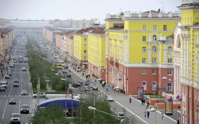 На главной улице Норильска меняют опоры освещения
