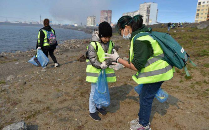 На озере Долгом волонтеры и дети собрали 32 мешка мусора