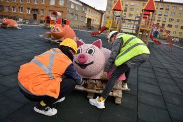 Детские площадки Норильска украсили резиновыми зверушками