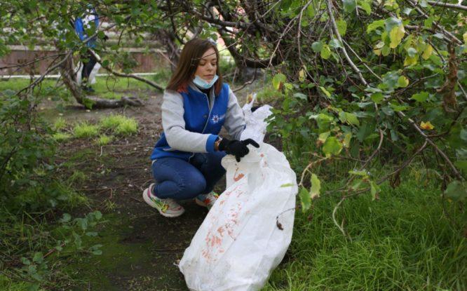 Волонтеры Молодежного центра Норильска собрали в музейном сквере пять мешков мусора