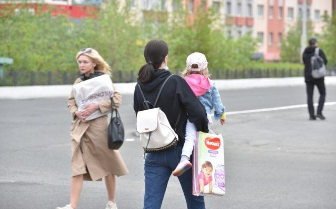 Семьям с детьми планируют выплачивать пособие ежемесячно