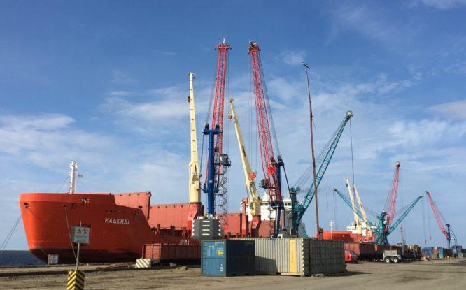 В Дудинский морской порт поступила новая грузоподъемная техника