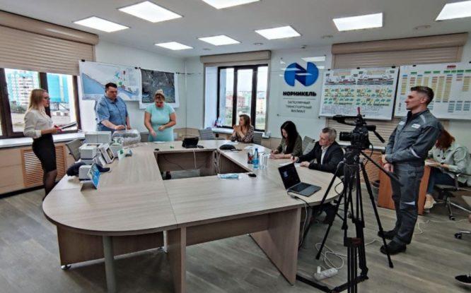 Путевки в Сочи и еще полсотни призов разыграли в порту Дудинки за вакцинацию