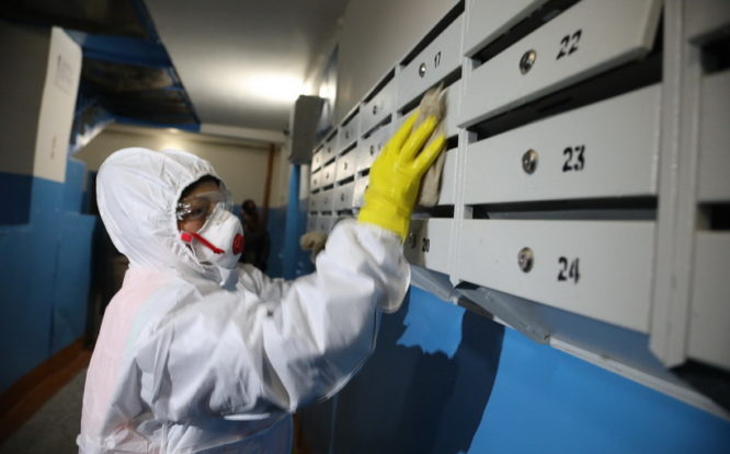 В Норильске возобновили санитарную обработку подъездов