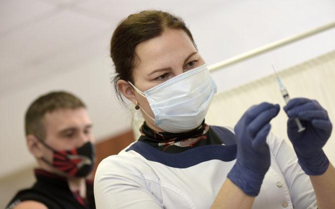Обязательную вакцинацию для части населения ввели во всех регионах России