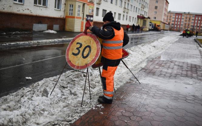 Из-за потепления дороги и тротуары Норильска превратились в бугристый каток