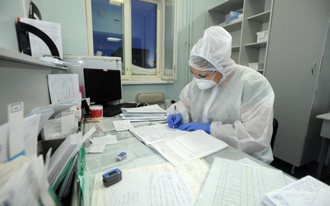Только один из четырнадцати заболевших COVID-19 вакцинирован